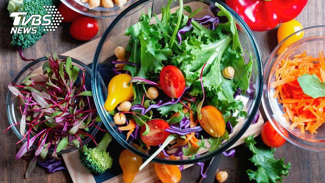 便祕的人不宜吃沙拉,否則會更嚴重。(示意圖/shutterstock達志影像) 生菜沙拉助消化? 專家揭1驚人真相:反而更慘