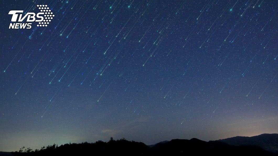 明(8)日晚上8點30分將迎來天龍座流星雨極大期。(示意圖/shutterstock 達志影像) 每小時10顆劃天際 天龍座流星雨明晚登場