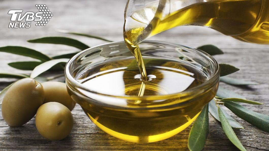 藉由瓶身可以辨別橄欖油的級別。(示意圖/shutterstock達志影像) 橄欖油怎麼挑?瓶身見6大線索 一次看懂級別品質