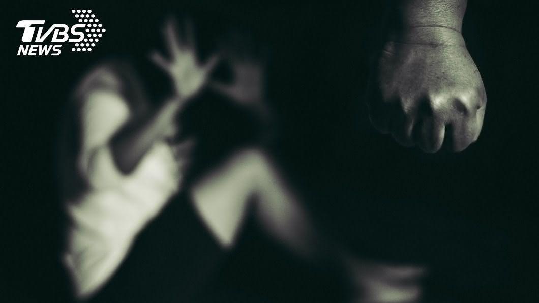 (示意圖/shutterstock達志影像) 妻晚回家遭毒打3天 尪持刀逼下跪:台灣法律我不怕