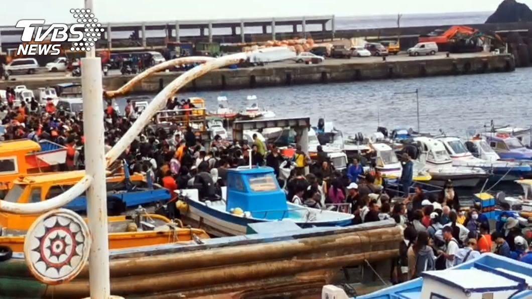 (圖/中央社) 蘭嶼船班恢復 綠島仍停航近2千遊客滯留島上
