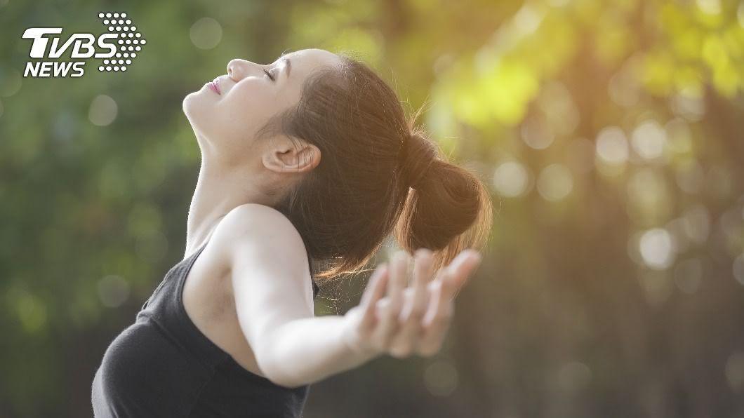 許多人會透過深呼吸轉換情緒。(示意圖/shutterstock達志影像) 「持續」深呼吸恐打亂調節系統? 醫:不見得替健康加分