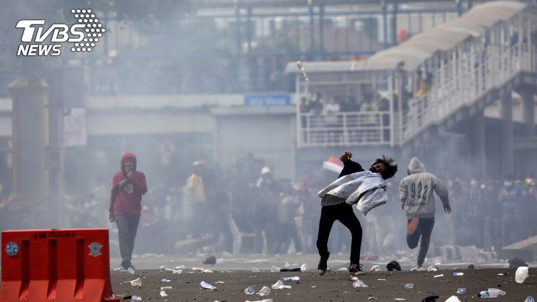 (圖/達志影像路透社) 印尼大學生雅加達抗議 警方發射催淚瓦斯驅離