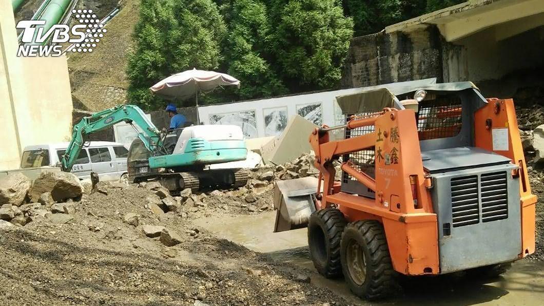(圖/中央社) 大觀電廠輸水管破裂 數百公噸水流狂瀉造成土石流