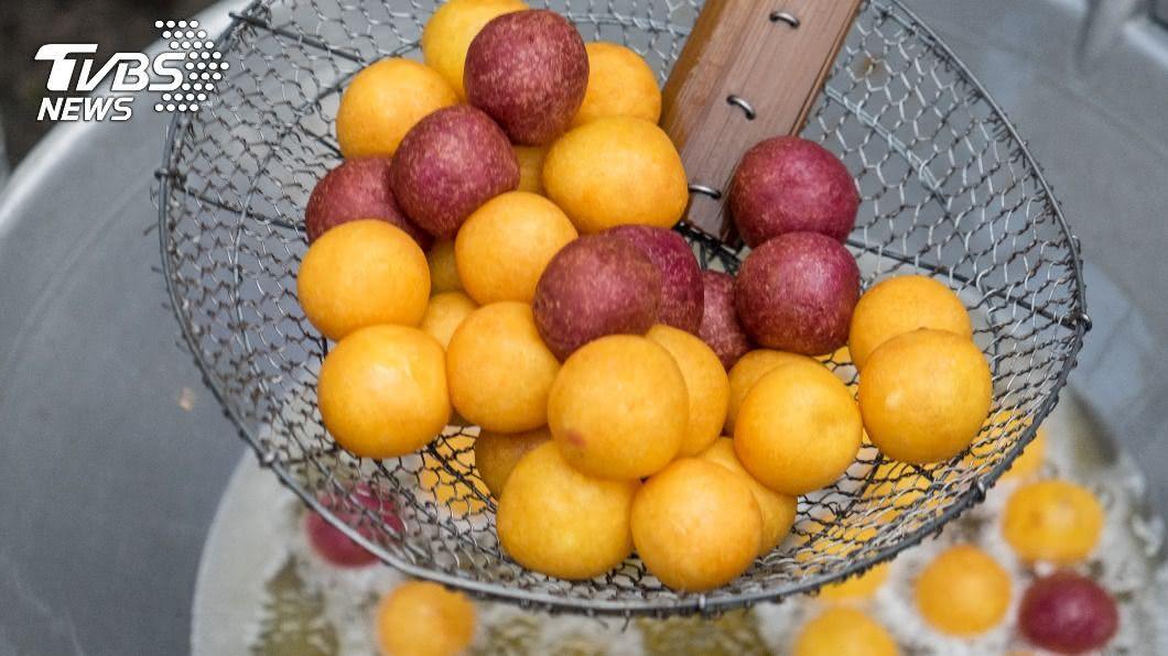 人人對於地瓜球吃法都有不同見解。(示意圖/shutterstock達志影像) 地瓜球也分南北?北漂女初嚐「加1味」 猛喊:好衝擊