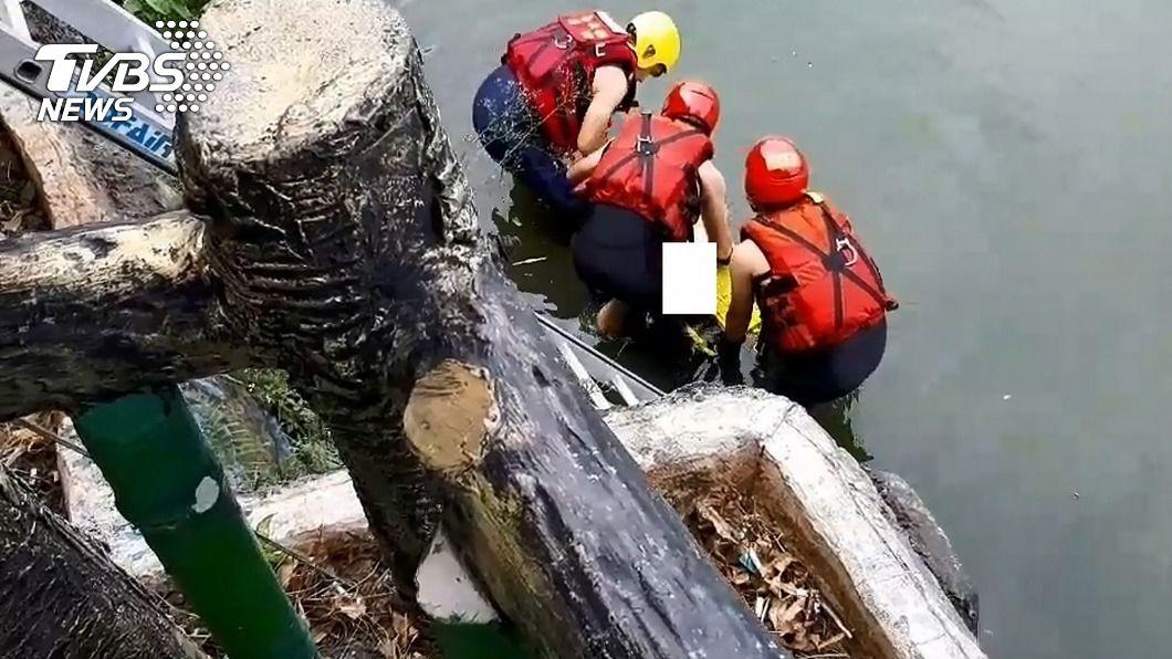 (圖/中央社) 嘉義男子掉入池塘溺水 警消搶救送醫不治