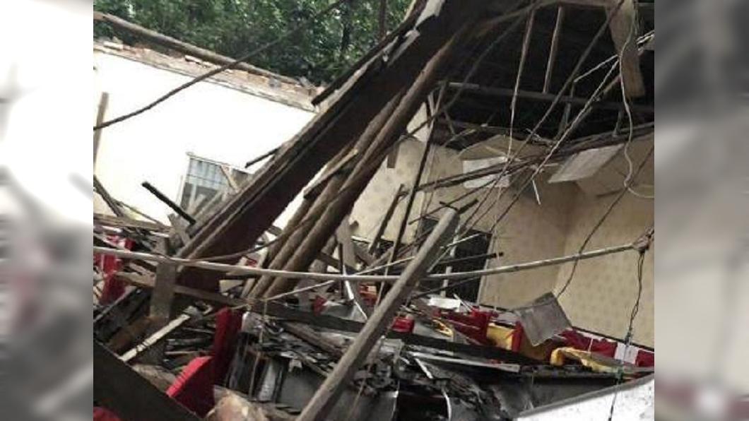 四川隆昌市一間餐廳屋頂崩塌,26人受傷。(圖/翻攝自澎湃新聞) 8旬翁壽宴吃一半屋頂崩塌 26親友埋瓦礫堆急送醫