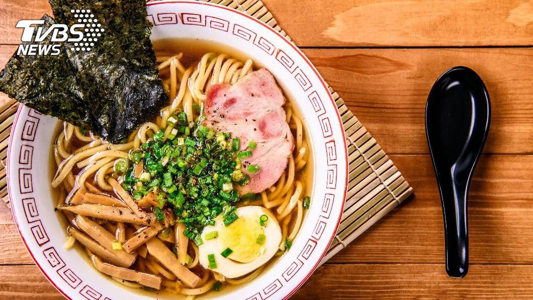 日本拉麵湯頭很鹹。(示意圖/shutterstock達志影像) 日本吃得更鹹「為何台人洗腎多」? 網點出關鍵2因素