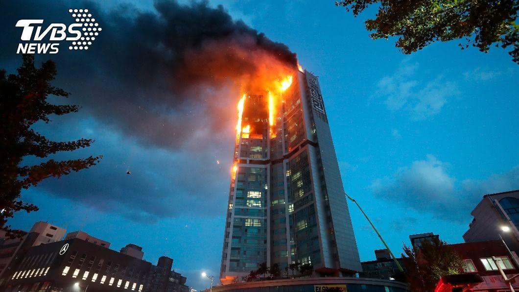 韓國南部蔚山市一棟33層大樓今天深夜發生大火。(圖/達志影像美聯社) 韓住商大樓燒成火柱…強風吹火勢蔓延 至少88人受傷