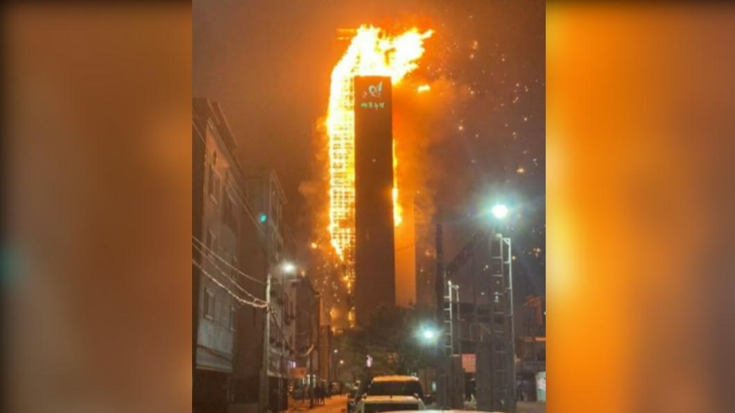 圖/翻攝自@AshishG0swami推特 蔚山住商大樓燒成「火柱」 易燃建材是關鍵