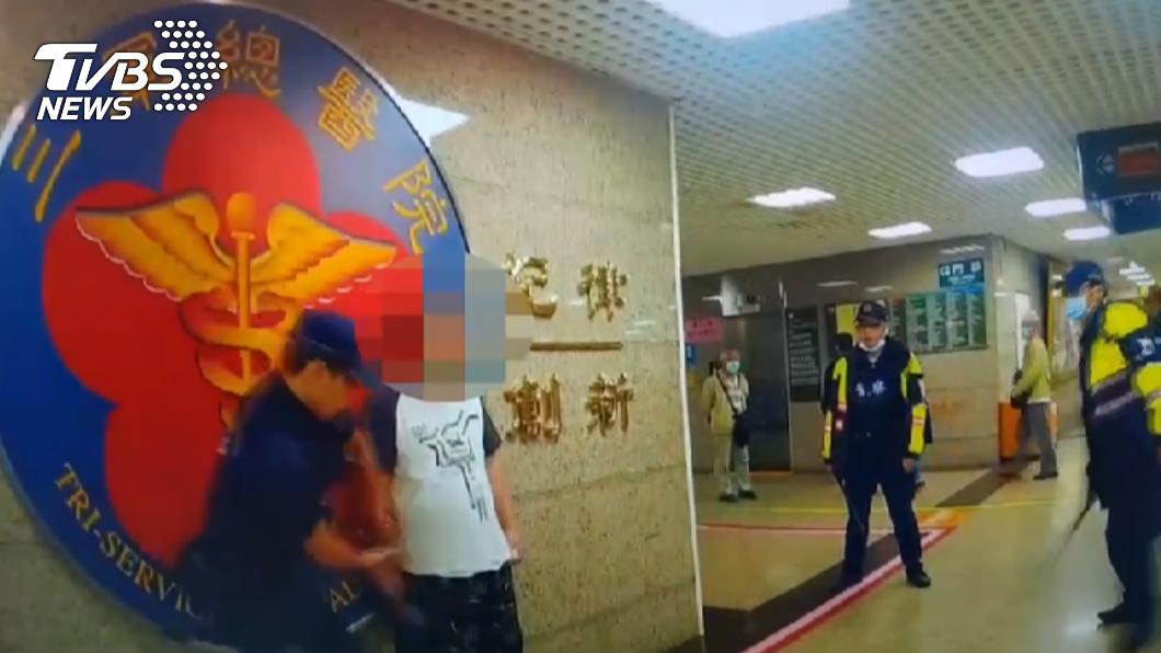 警方趁隙奪下菜刀。(圖/TVBS) 闖內湖三總!男吼「醫生出來談判」 揮舞菜刀對峙警
