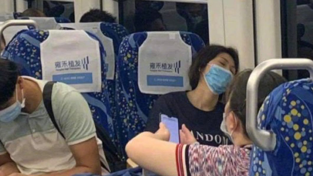歌迷在高鐵上巧遇疑似孫燕姿的女子。(圖/翻攝自微博) 野生孫燕姿「仰頭熟睡」醜照曝 本尊現身出面回應