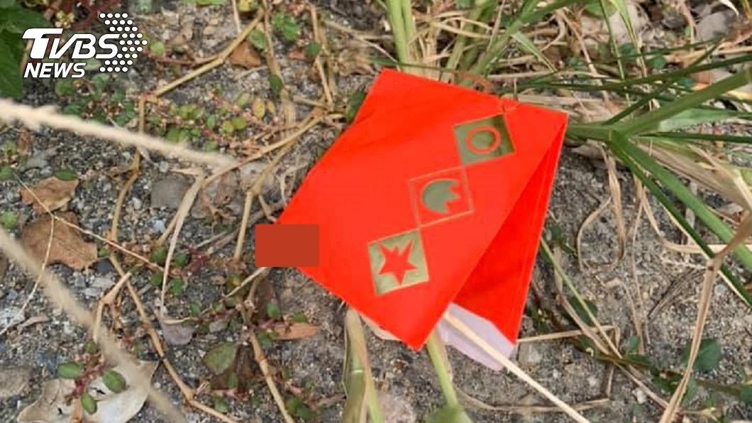 紅包藏有指甲與髮絲。(圖/網友授權報導) 路上紅包藏指甲!男秒丟燒金爐 一團白煙竟「撞3次門」