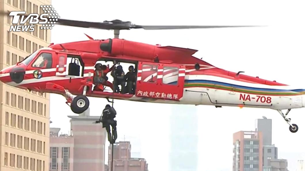國慶典禮黑鷹直升機,首以低空飛進總統府限航區。(圖/TVBS) 黑鷹國慶首低飛總統府 特勤垂降廣場吸睛