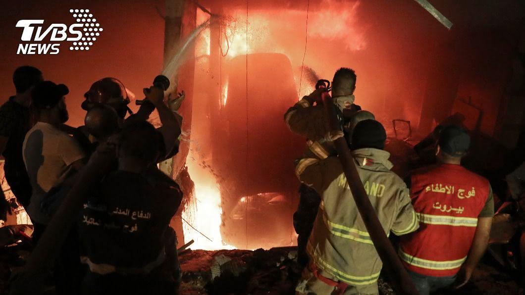 黎巴嫩首都貝魯特再驚傳儲油槽爆炸,目前已知4死逾30傷。(圖/達志影像美聯社) 黎巴嫩首都又爆炸!油槽起火釀4死逾30傷