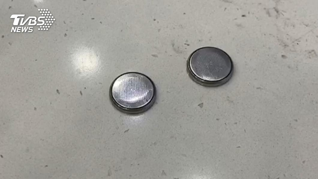 常見鈕扣電池含有腐蝕性物質。(圖/TVBS) 女童疑誤吞電池釀死! 醫教「2招」保命:別催吐