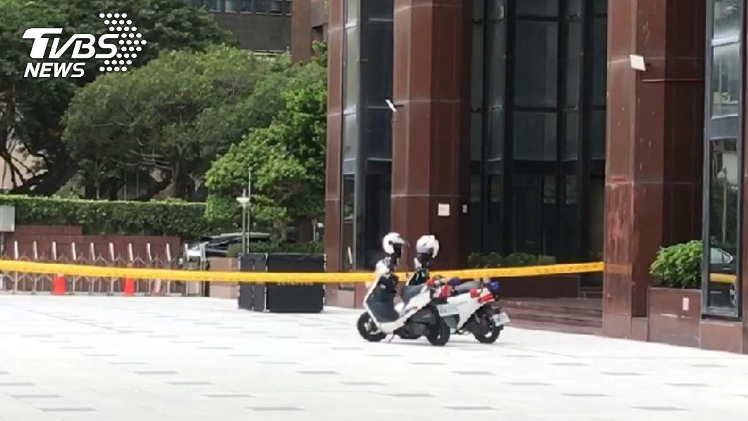 (圖/TVBS) 男子敦化南路墜樓亡!倒臥停車場入口 警封鎖現場