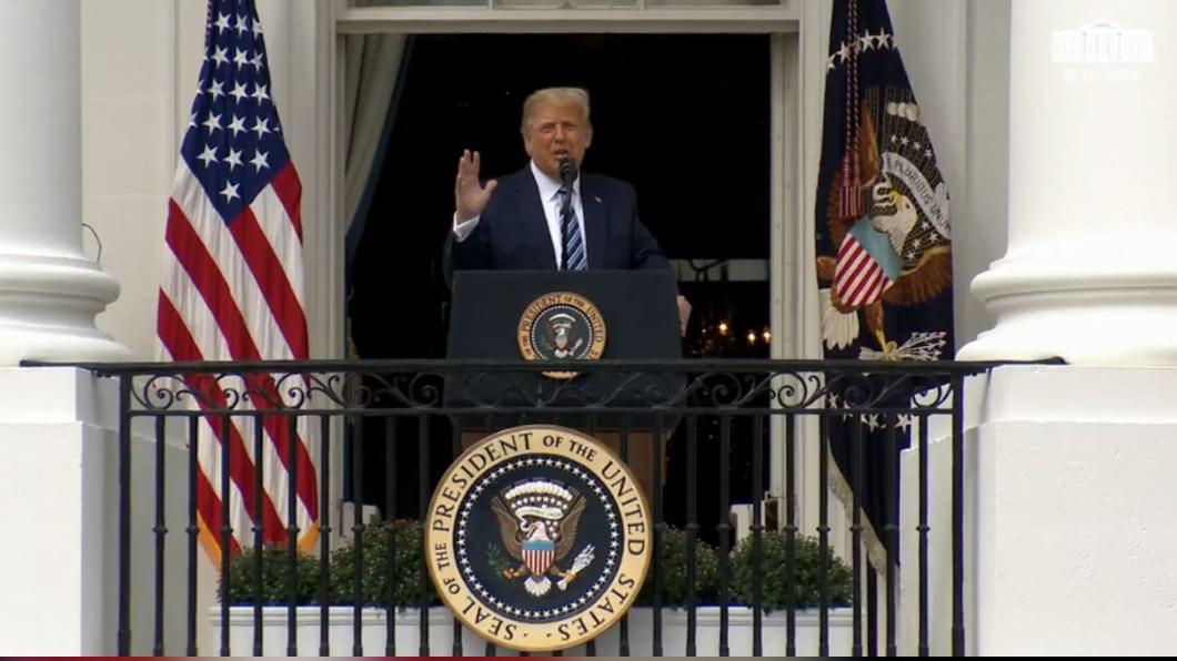 美國總統川普10日在白宮發表公開演說。(圖/翻攝Donald J. Trump臉書) 川普染疫後白宮辦首場公開活動 數百支持者聚集