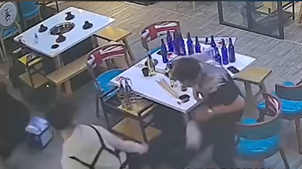 兩名男子想搭訕火鍋店老闆娘,卻慘被對方反擊在地。(圖/翻攝自微博) 2醉客騷擾「秒被打趴」 老闆娘真實身份超驚人