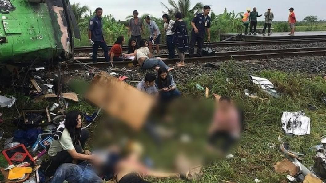 圖/翻攝自bangkokpost 泰「巴士、火車對撞」釀20死30傷 遺體散落鐵軌旁