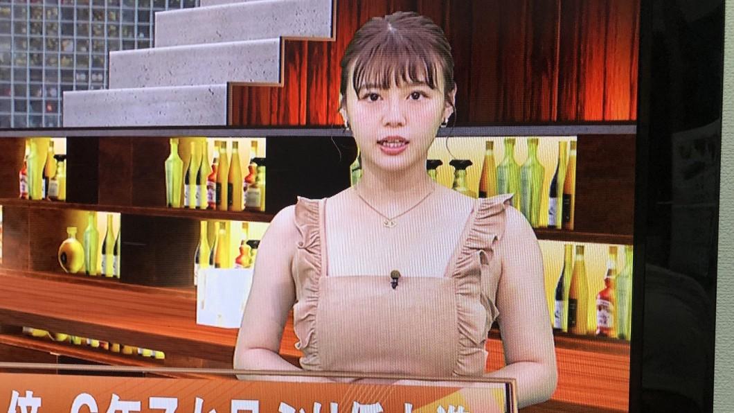 日本女主播井口綾子穿著引熱議。(圖/翻攝自推特@zarigani03) 女主播穿「裸體圍裙」報新聞?網臉紅羞爆揭幕後真相