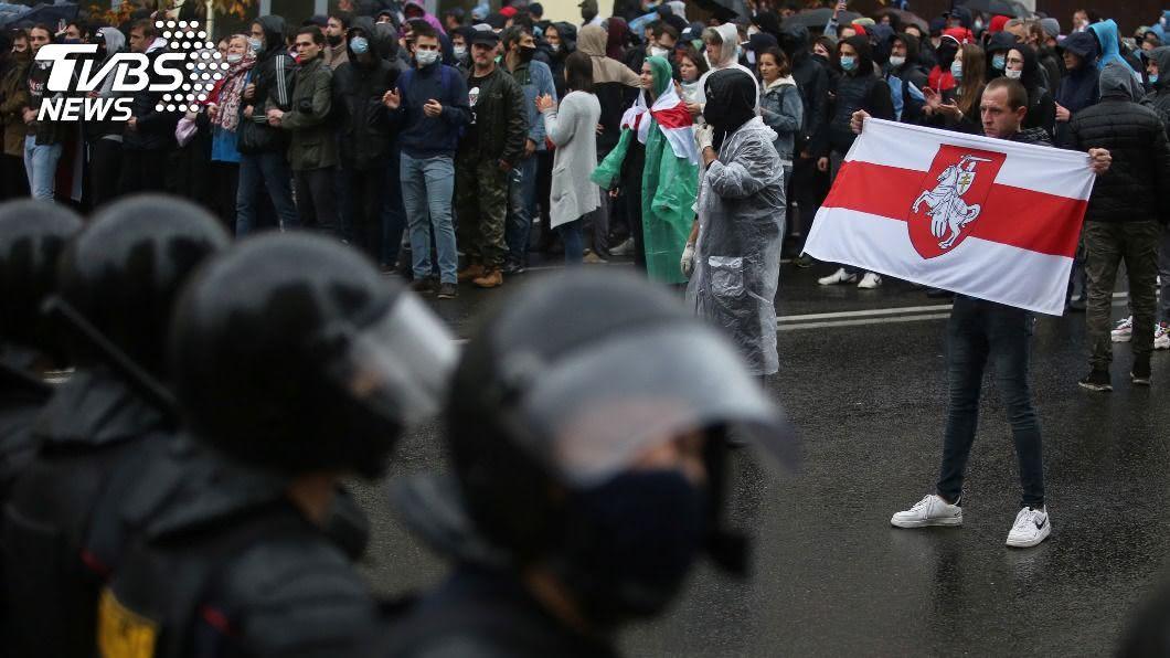 白俄羅斯首都數萬人上街抗議,要求總統魯卡申柯下台。(圖/達志影像路透社) 白俄首都大規模示威 警方驅離濺血拘捕數百人