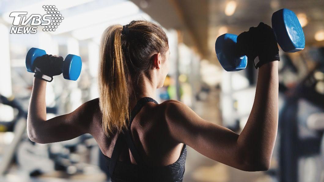 醫師指出,重度訓練時可能會因用力過度造成其他傷害,需多加注意。(示意圖/shutterstock達志影像) 重量訓練讓視力變好? 醫:恐引發眼血管爆裂
