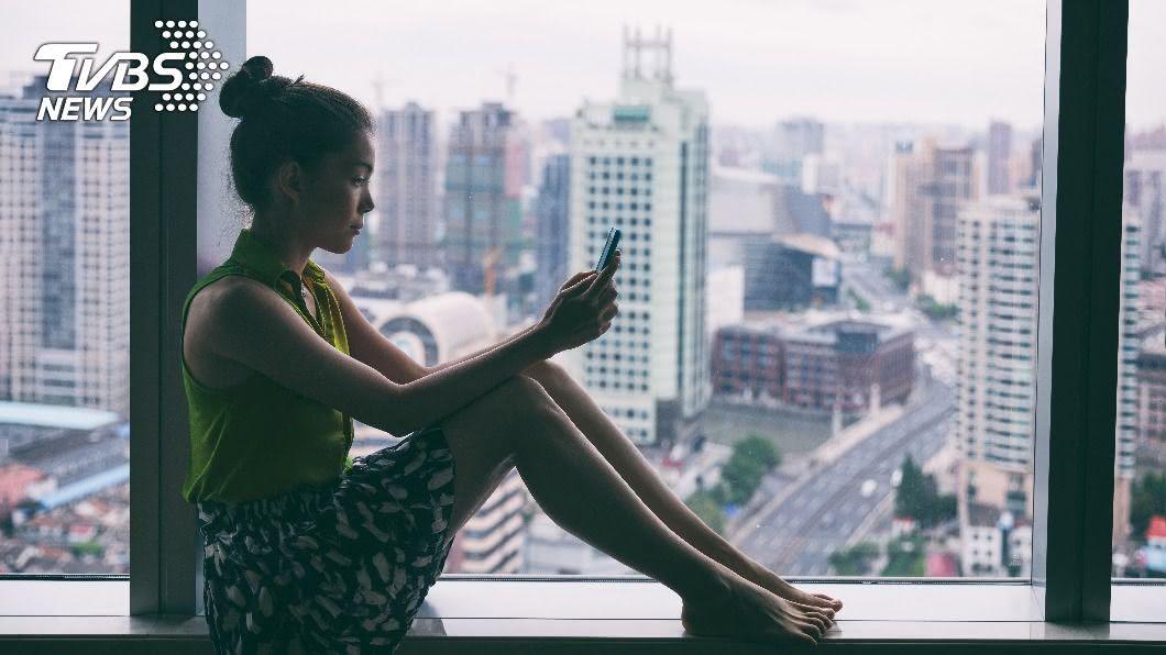 專家指出,上傳令人稱羨的照片至社群軟體也可能在散布孤獨。(示意圖/shutterstock達志影像) 愈滑社群愈孤單? 專家曝1關鍵跳脫「比較」心理