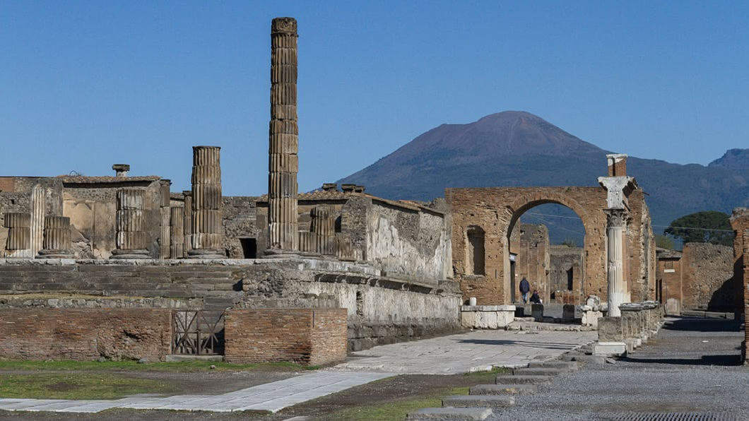 義大利知名的龐貝城,公元79年曾遭到維蘇威火山噴發滅城。(圖/翻攝自維基百科) 偷龐貝城古物衰15年 女寄回歸還求擺脫「黑暗詛咒」