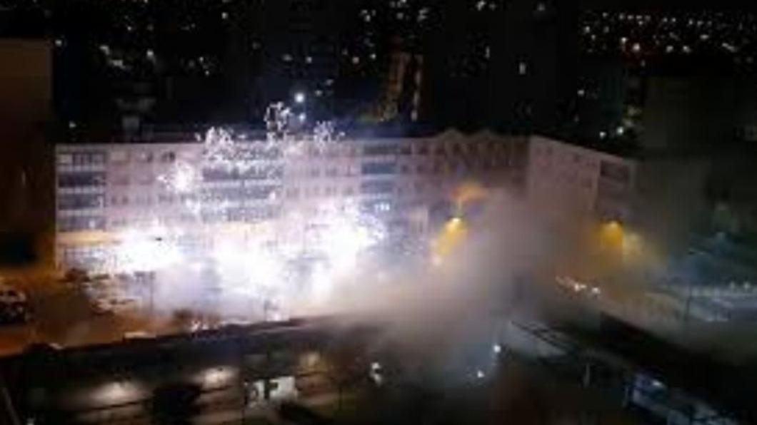 圖/翻攝自@abdullahciftcib twitter 太囂張! 40多名暴徒深夜用爆竹攻擊巴黎警局
