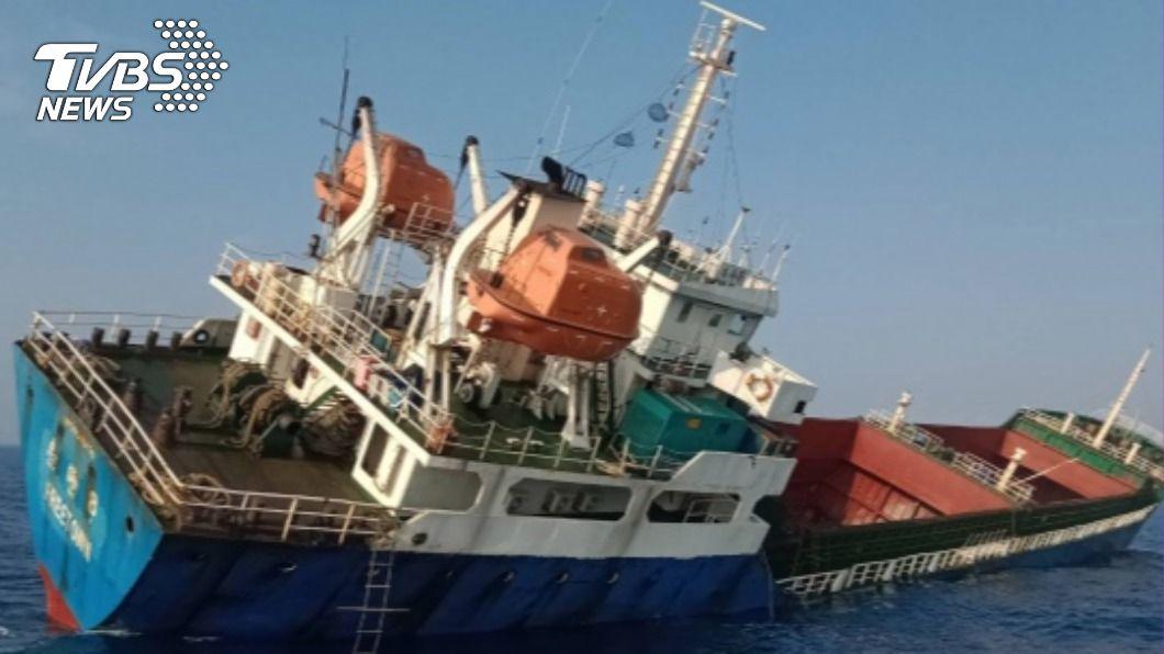 獅子山籍貨船傾斜於旗津外海,空勤總隊以直升機吊掛將13名船員救出。(圖/中央社) 獅子山籍貨船疑破損進水 空勤吊掛救出13船員