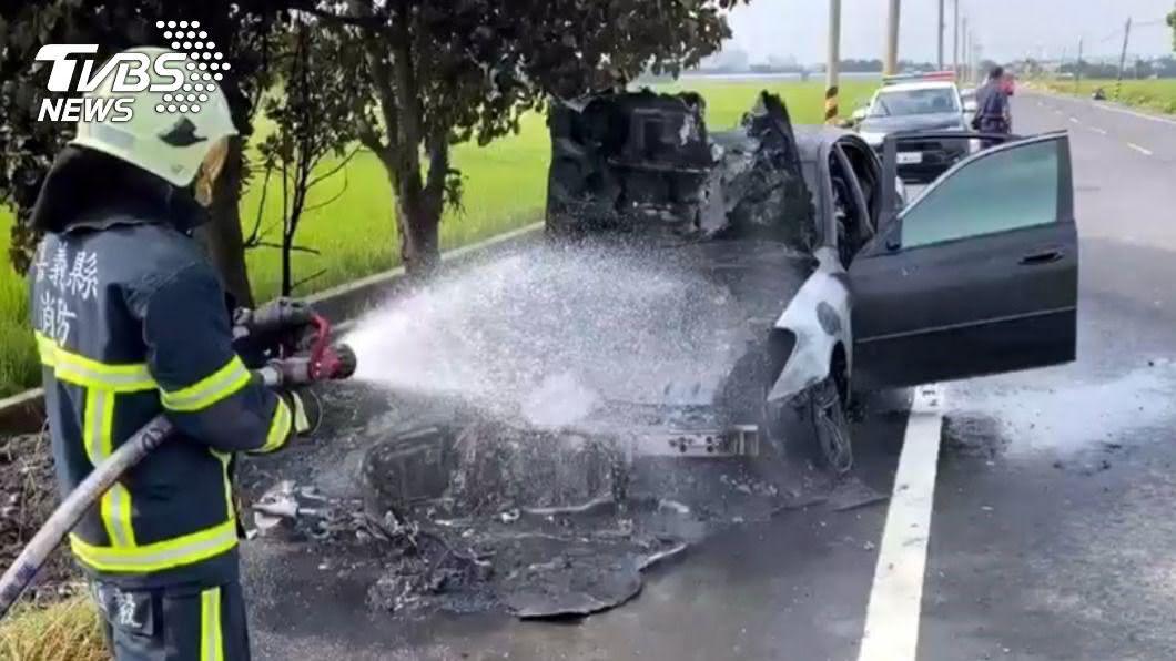 嘉義縣一輛轎車追撞騎士拖行2公里後燃燒,駕駛趁亂逃逸。(圖/中央社) 追撞機車強拖2公里悚竄火 肇事駕駛竟棄車逃逸