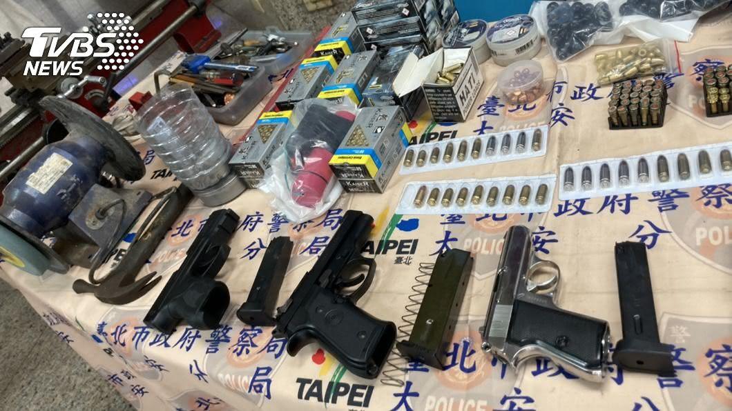 新北市一間零件加工廠小開卓男在家自學改槍和製毒。(圖/中央社) 富二代自家試槍驚動鄰里 槍毒工廠遭警破獲