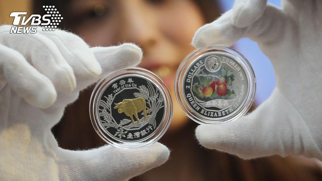 台銀今天發行牛年鍍金銀幣。(圖/中央社) 台銀牛年紀念幣亮相 限量5萬枚早鳥價1988元