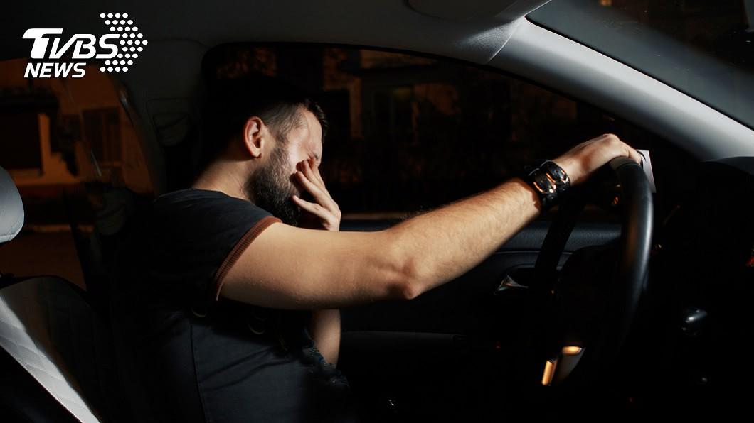男子將自己關在車內「接引廢氣」尋短。(非當事人,示意圖/shutterstock 達志影像) 失意男「車內引廢氣」拒下車 警到場狂敲拔管救命