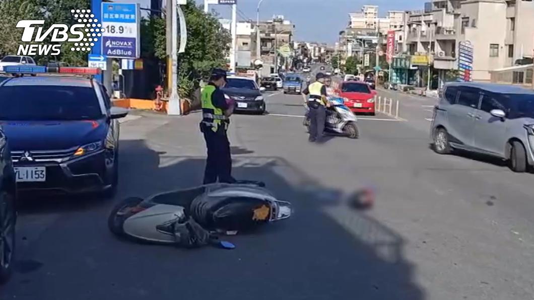 頭份發生死亡車禍,造成52歲張姓女騎士傷重不治。(圖/TVBS) 頭份苑裡死亡車禍!貨車撞機車 2女騎士頭部重創亡