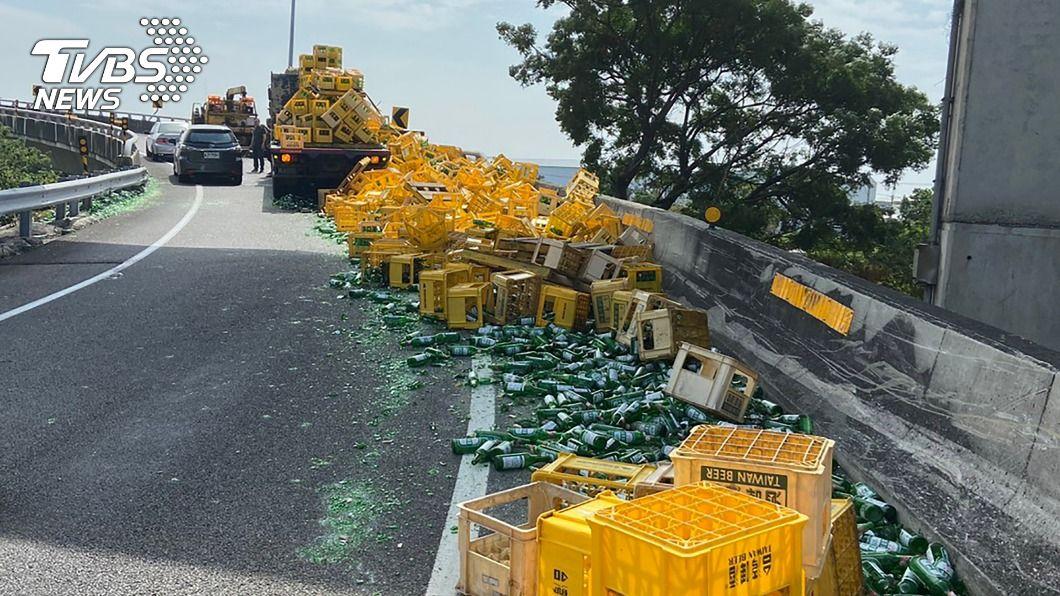 (圖/中央社) 大貨車疑繩索未綁好 百箱玻璃酒瓶摔落國道