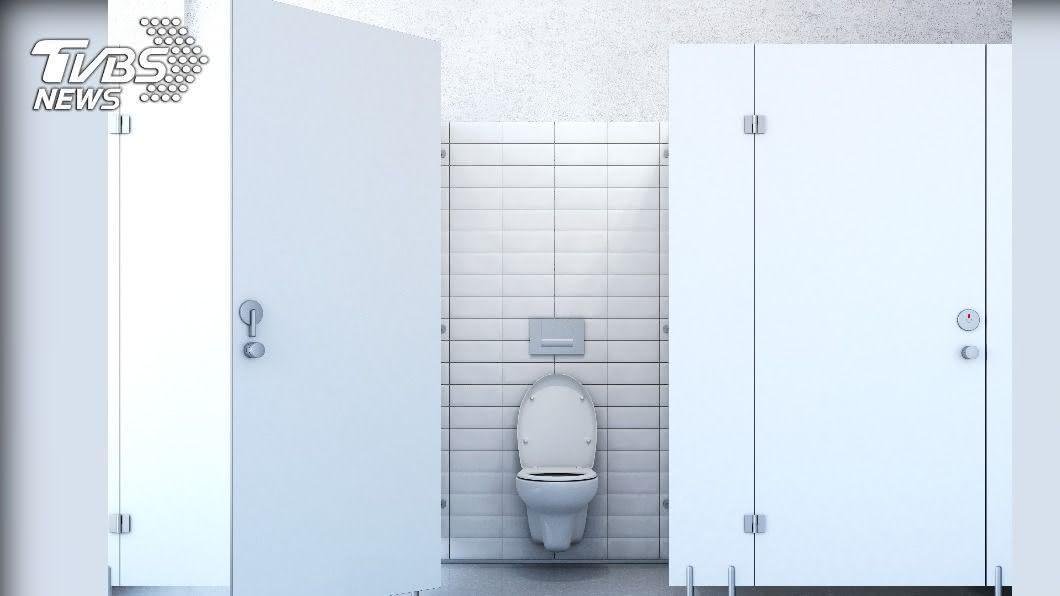 許多民眾都有上過公共廁所的經驗,但有時候裡面髒亂到讓人不感恭維。(示意圖/shutterstock 達志影像) 上廁所看到「超深怨念」公告 網笑翻:清潔員撿到槍了?