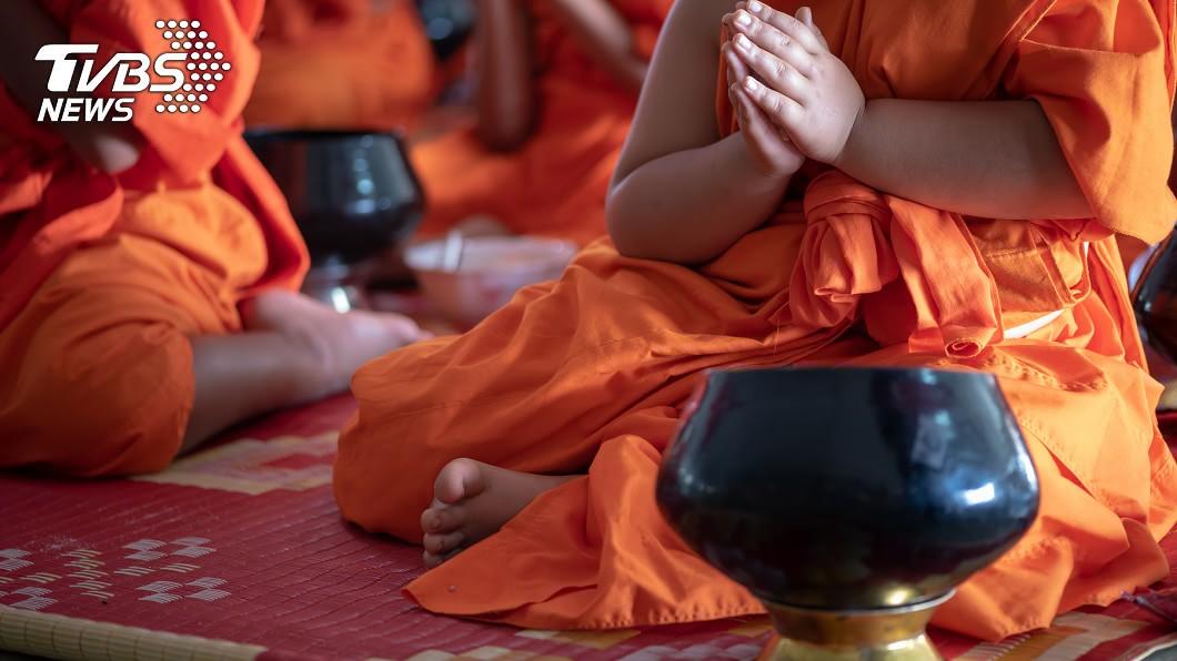 僧侶逼迫女子拍攝「多人謎片」。(示意圖,與當事人無關/shutterstock達志影像) 看「多人謎片」驚女兒成主角!嫌犯身分是出家僧侶