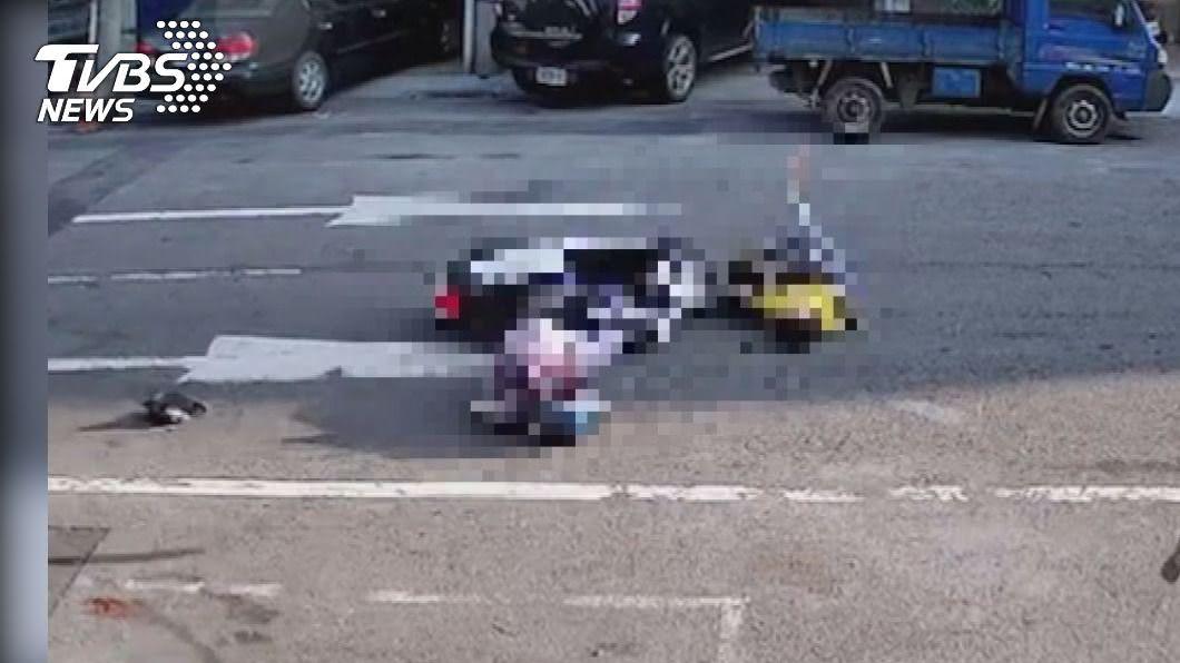 79歲盧姓老婦行經路口遭34歲賴姓護理師騎機車撞擊,2人加護病房觀察中。(圖/TVBS) 老婦過馬路遭撞飛10米吐血 釀2重傷送加護急救