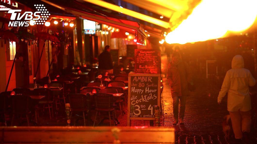 歐洲各國為對抗疫情關閉酒吧餐廳,並實施地方封鎖措施。(圖/達志影像路透社) 新冠肺炎疫情反撲 歐洲各國重祭限制令抗疫
