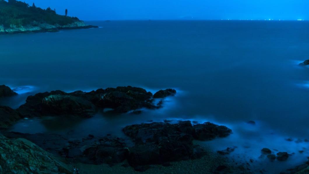 藍眼淚是由海域周邊的渦鞭毛藻所形成的奇景。(示意圖/shutterstock達志影像) 藍眼淚現蹤馬祖海岸! 「追淚」倒數2處:想飛趁現在