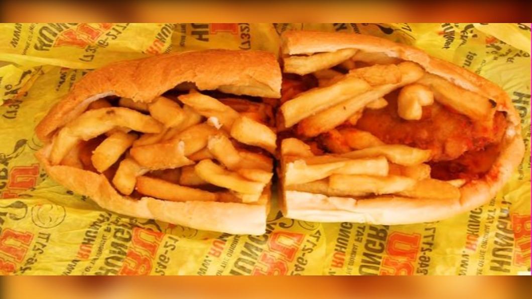 圖/翻攝自Food Insider YouTube 紐澤西大學生必備 超肥「薯條漢堡」三明治