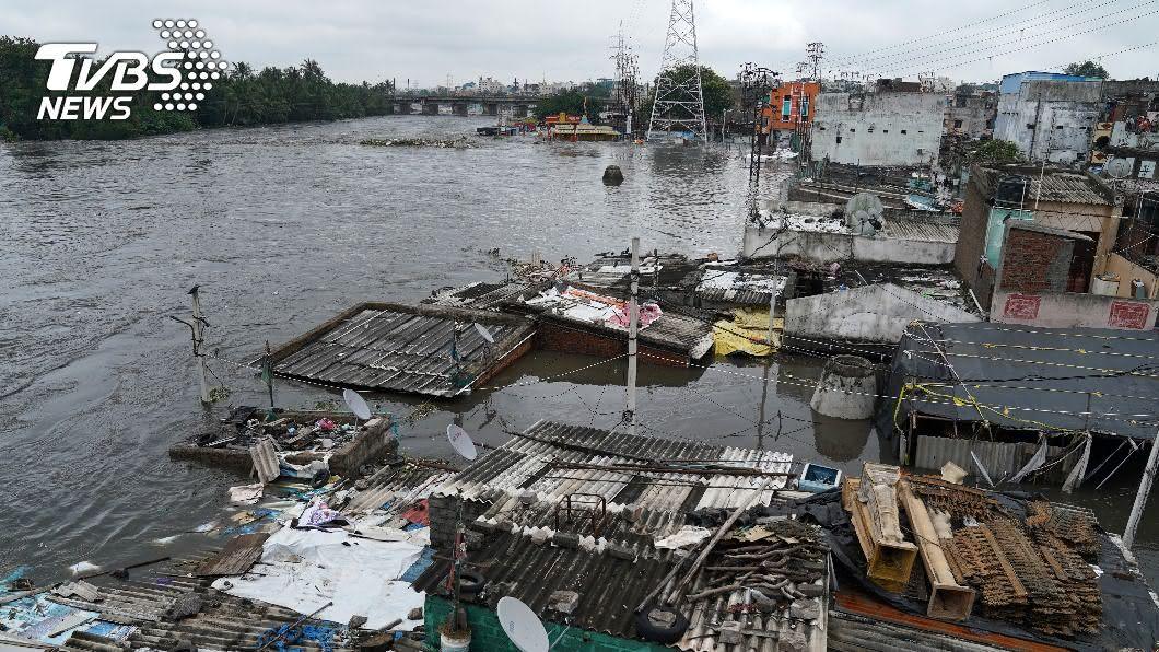 豪雨襲擊印度東南兩省。(圖/達志影像路透社) 豪雨侵襲印度東南兩省 32人死亡8萬人疏散