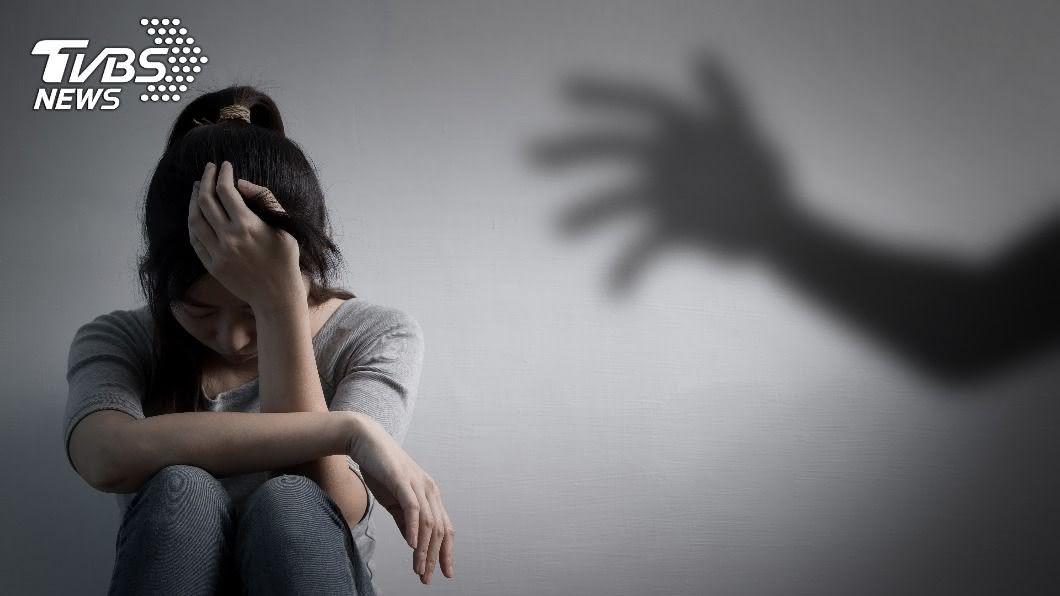 北市一名清潔工對女同事性騷擾被判刑2個月。(示意圖/Shutterstock達志影像) 「讓大哥抱一下」清潔工緊貼突伸手 她嚇傻全身猛抖