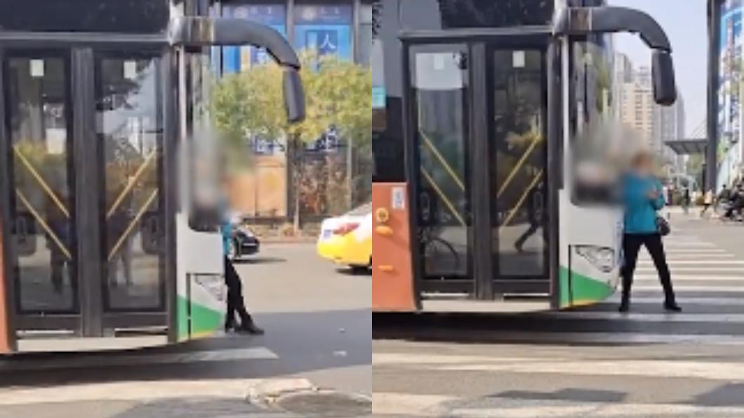 (圖/翻攝自北京時間) 趕不上爆氣!大媽手刀使出「肉盾擋公車」 司機下場慘
