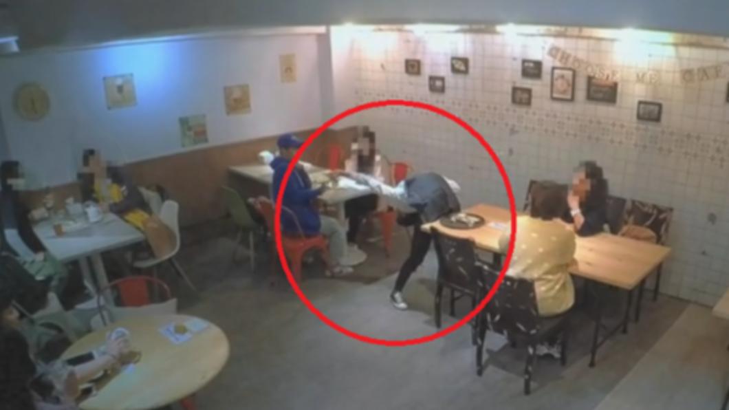 女服務生下腰幫民眾撿起掉落物品。(圖/翻攝自「爆料公社」) 咖啡廳暗藏舞林高手 女服務生「忙送餐邊跳芭蕾」