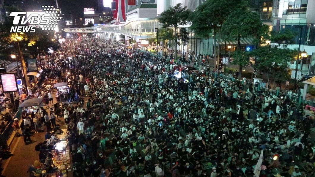 (圖/中央社) 泰國反政府示威佔領鬧區路口 晚間和平散場