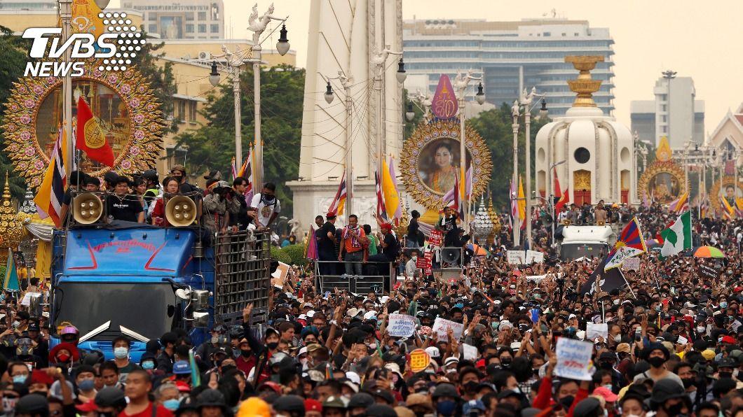 (圖/達志影像路透社) 陸外長訪泰 學運示威者高舉藏獨、港獨旗引熱議