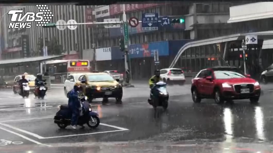 東北風影響,北部地區降雨機率高。(圖/TVBS) 下不停!宜蘭縣升級大豪雨 鄭明典:真的很特別